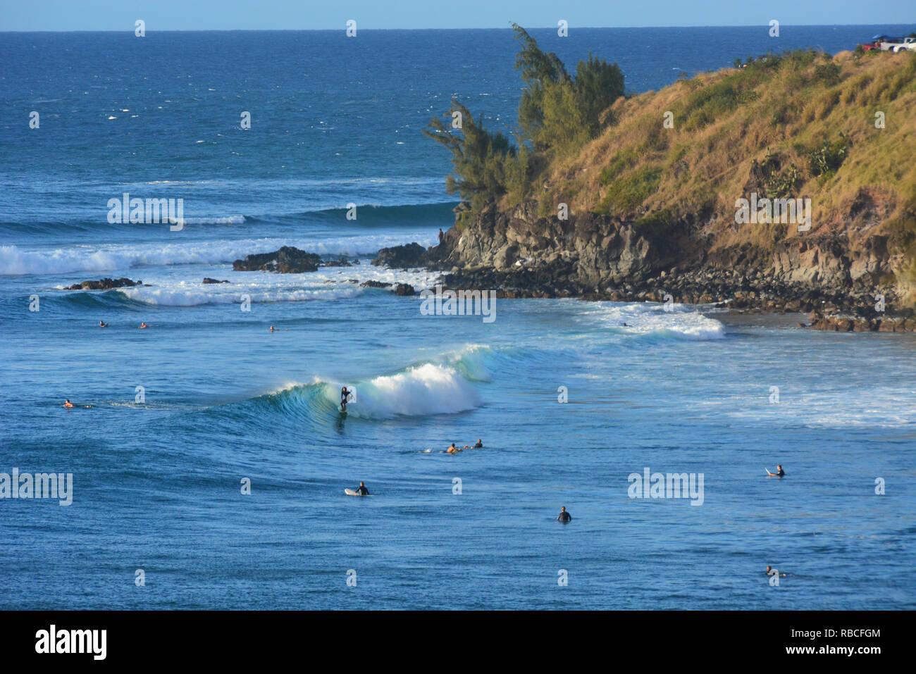 Surfers presso la Baia Honolua, Maui, Hawaii Immagini Stock