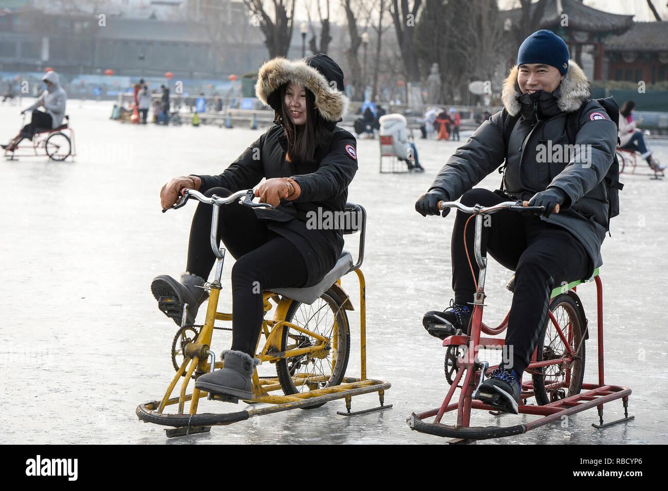 Pechino, Cina. 9 Gen, 2019. La gente ride bici ghiaccio e pattinaggio su un congelati lago Qianhai nel centro di Pechino, Cina, 09/01/2019 da Wiktor Dabkowski   Utilizzo di credito in tutto il mondo: dpa/Alamy Live News Immagini Stock