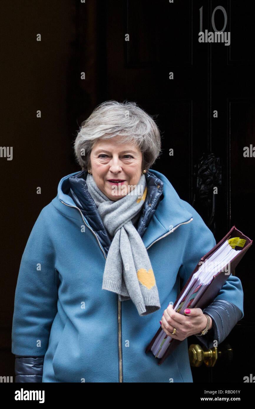 Londra, Regno Unito. 9 gennaio, 2019. Il primo ministro Theresa Maggio lascia 10 di Downing Street per partecipare alla prima sessione del Primo ministro di domande poiché il recesso di Natale, seguita dal primo giorno del dibattito Brexit che precederà la prossima settimana la votazione in Aula di Commons. Credito: Mark Kerrison/Alamy Live News Immagini Stock