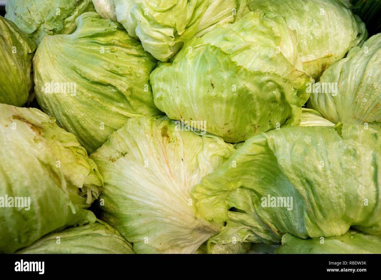 La lattuga iceberg. Verdura prodotte in Messico. La foto è stata scattata in un mercato di strada. Comune di Tlacolula, Oaxaca, Messico. Immagini Stock