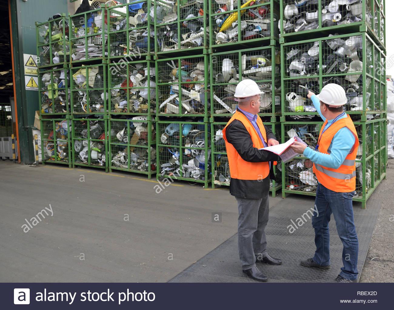 Bucarest, Romania - Ottobre 2013: i gestori di un impianto di riciclaggio di discutere il piano su come organizzare i rifiuti elettronici in un impianto di riciclaggio sito Immagini Stock