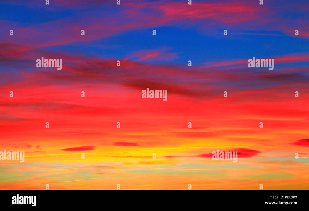 Drammatico, rosso profondo e violento, sky, tramonto, cloud, nuvole, ricco colore, colore,skies, Norfolk, Inghilterra, Regno Unito Immagini Stock