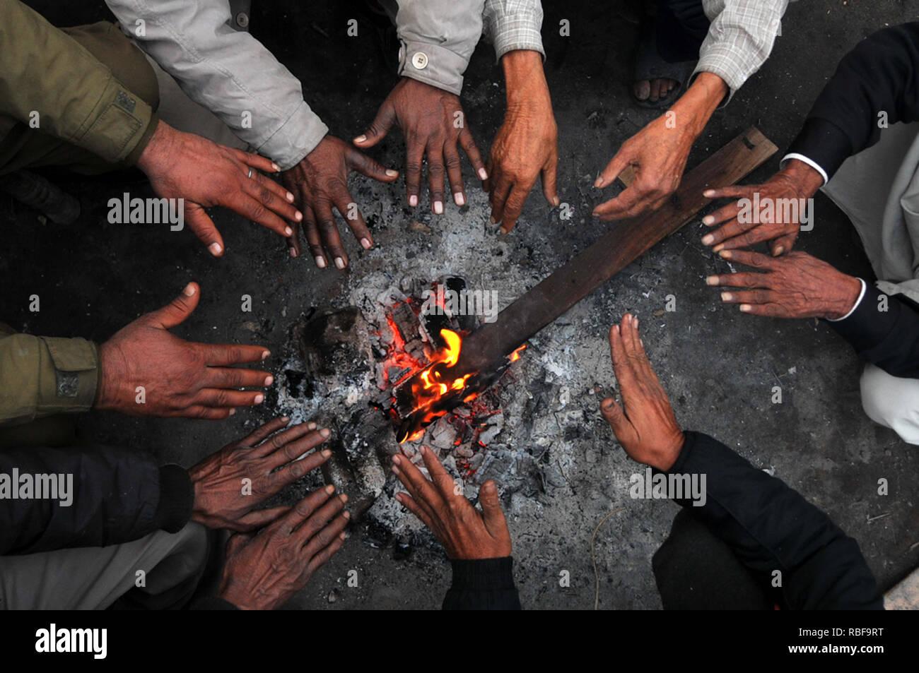 Jammu e Kashmir. Decimo gen, 2019. Le persone calde le loro mani in Jammu, capitale invernale del Kashmir, 10 gennaio, 2019. Credito: Stringer/Xinhua/Alamy Live News Immagini Stock