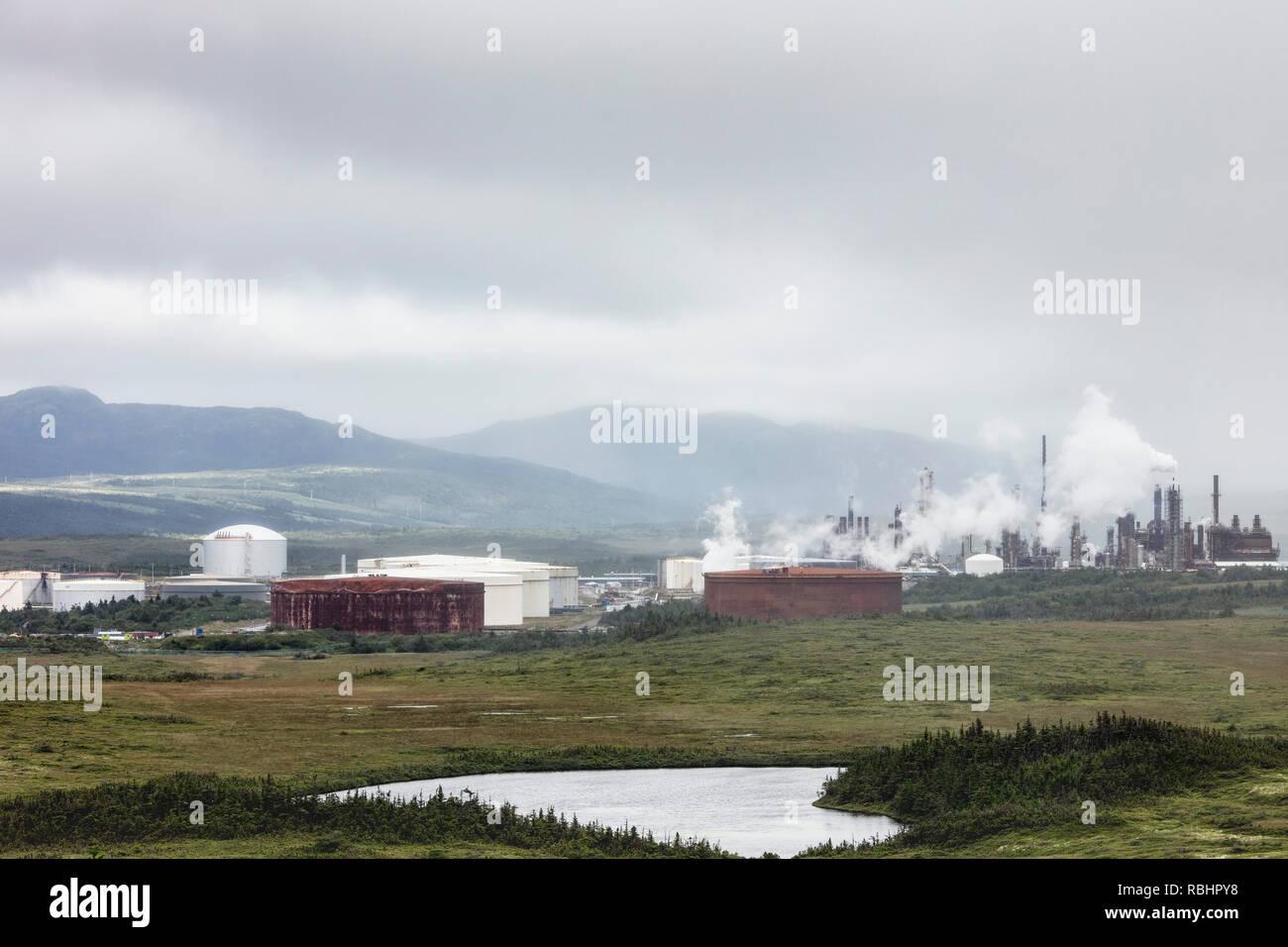 Venite a caso / Arnold's Cove, Terranova, Canada - Agosto 17, 2018: Il Nord Atlantico raffineria di petrolio al di fuori della città di venire dalla possibilità e Arnold Immagini Stock