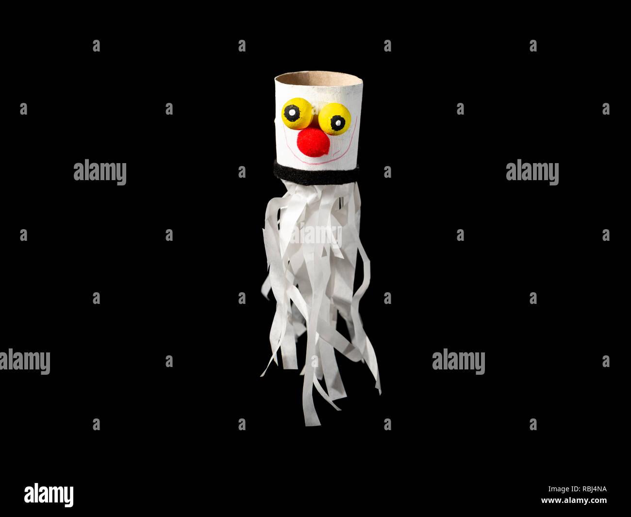 La figura di un simpatico fantasma bianco fatta di carta da un bambino a3b9ff262402