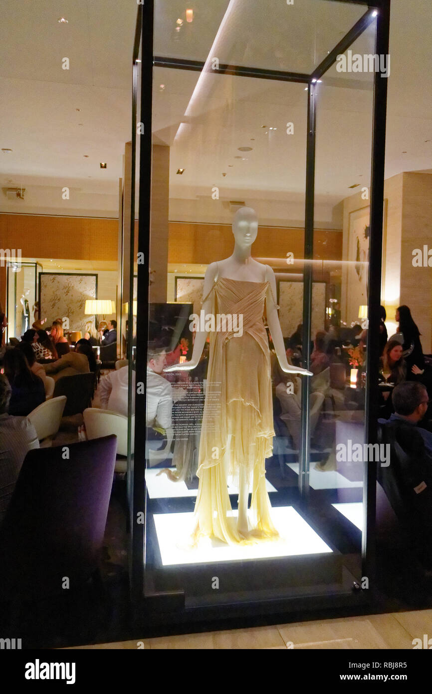 Il naufragio abito vestito designer di Alexander McQueen in una teca di vetro all'interno del bar del Shangri La Hotel a Toronto in Canada Immagini Stock
