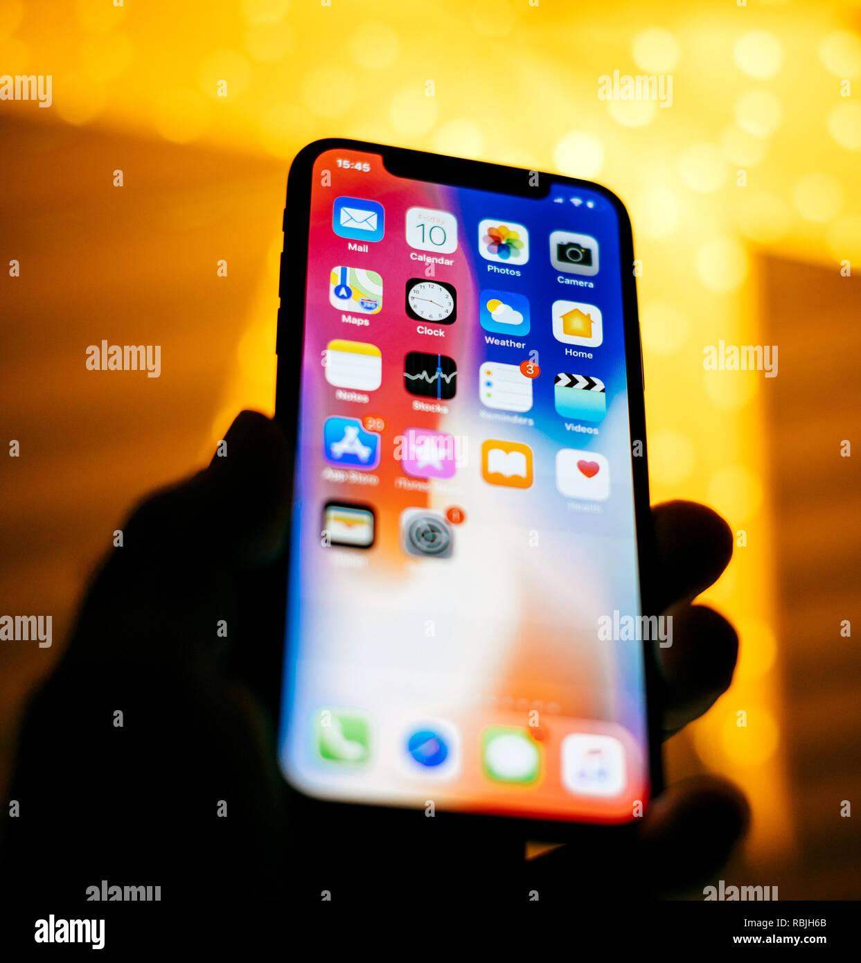 Parigi Francia Nov 10 2017 Uomo Tenendo Il Nuovo Apple Iphone X