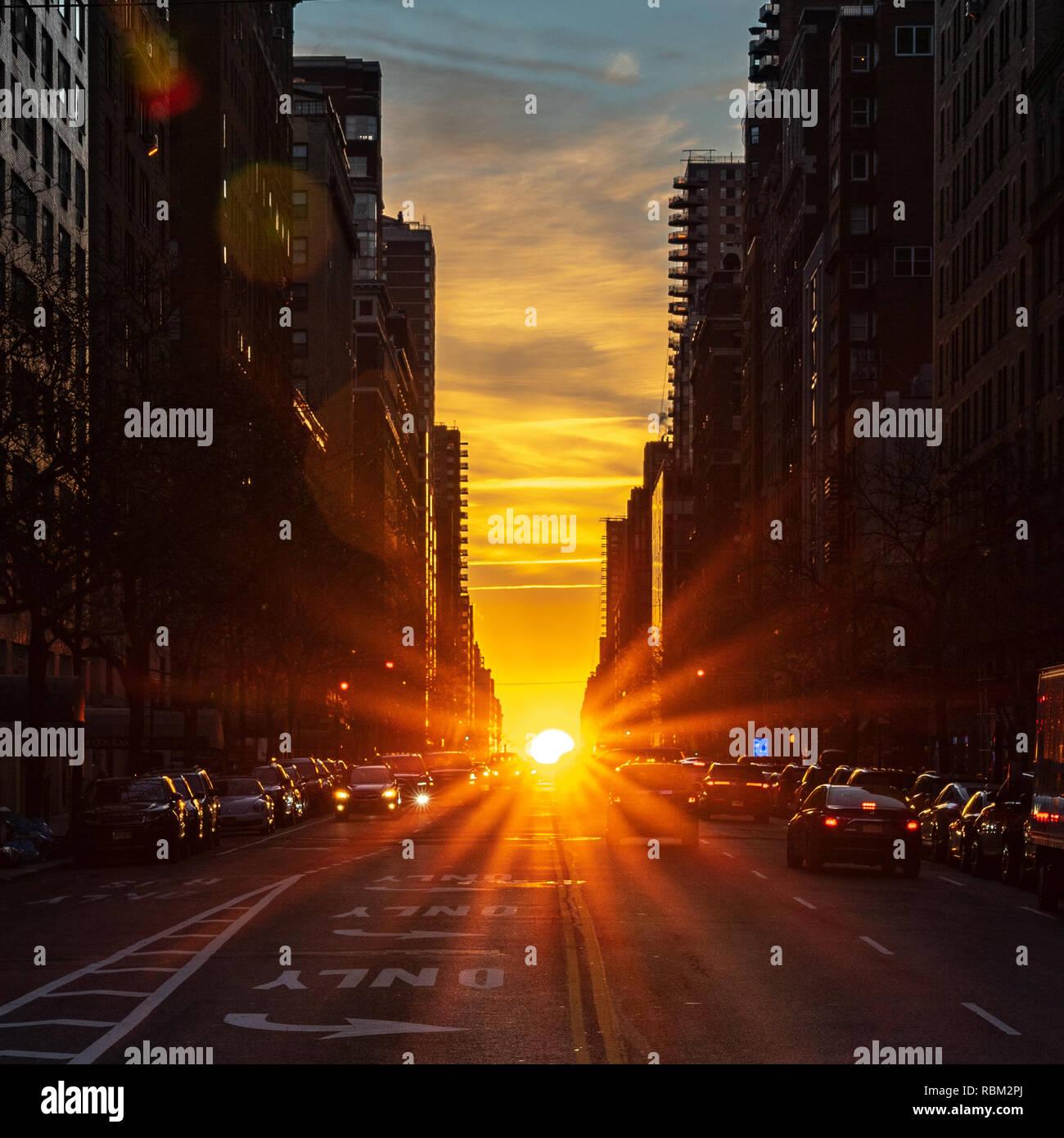 New York, Stati Uniti d'America. 11 gen 2019. Il Rising Sun è visto da Manhattan durante il solstizio d'inverno. Due volte l'anno il sole è perfettamente allineato con le strade di est-ovest delle principali città di New York street griglia, un fenomeno chiamato Manhattanhenge o Manhattan Solstice. Credito: Enrique Shore/Alamy Live News Immagini Stock