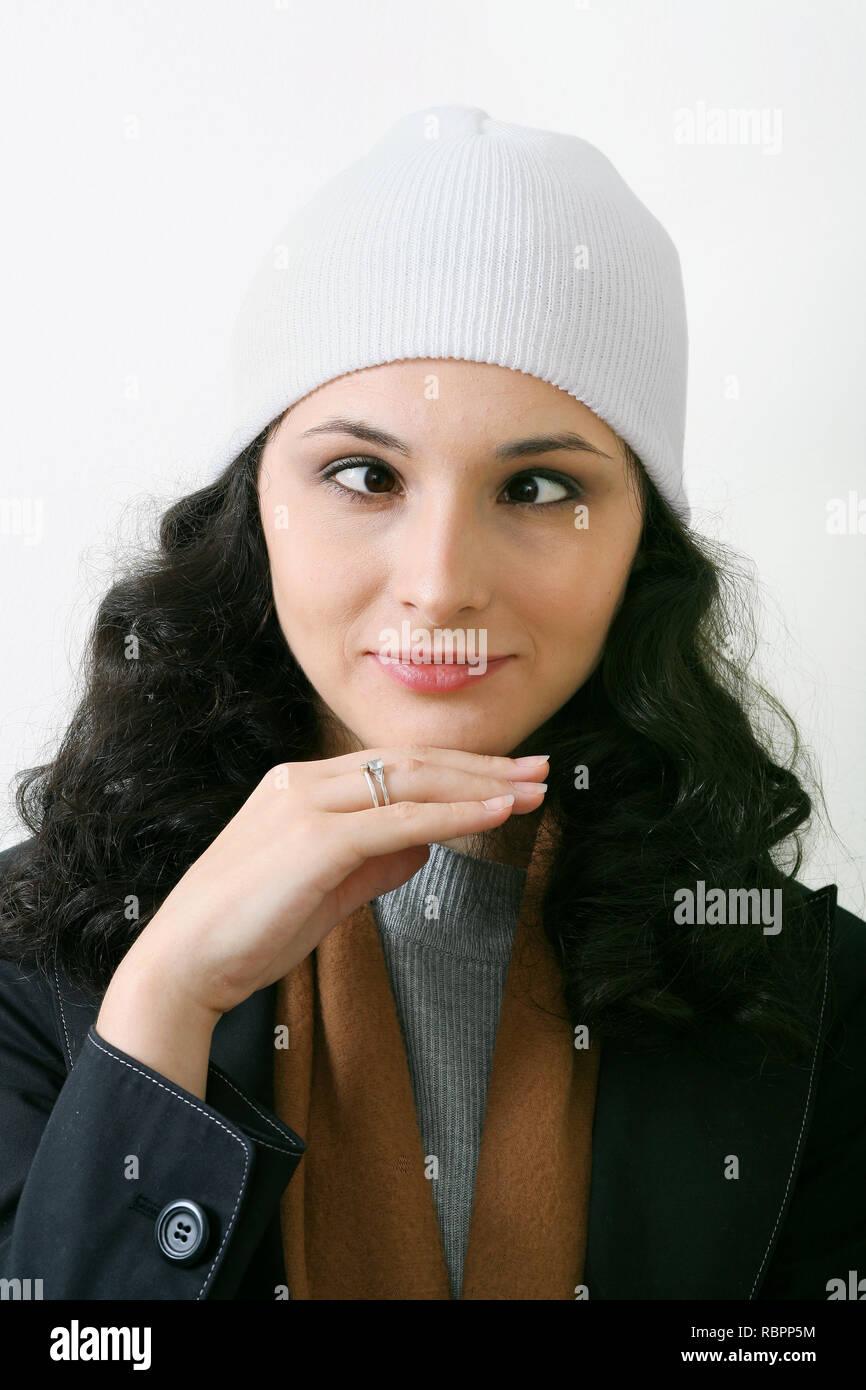Ritratto di giovane donna caucasica CON OCCHI INCROCIATI Immagini Stock