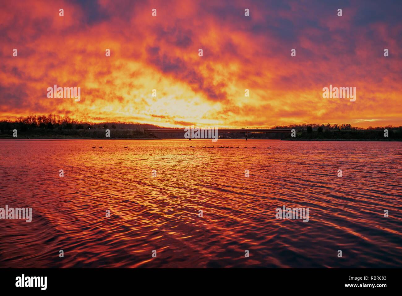 Alba brillante luce si riflette sulla superficie del Piccolo Lago Seneca. Foto Stock
