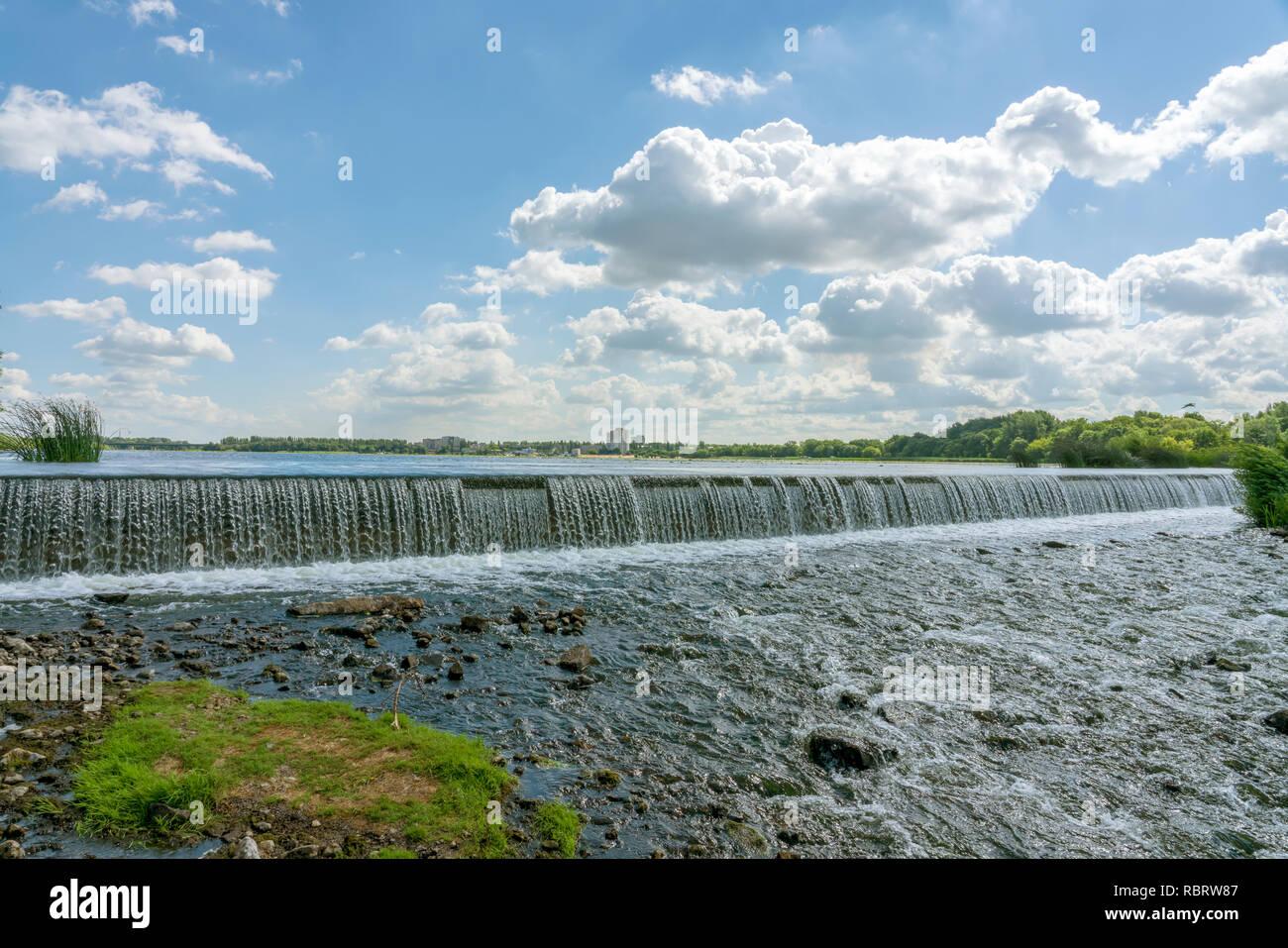 Regolato flusso di acqua che fluisce attraverso il centro della città. La RUSSIA, Lipetsk. Foto Stock