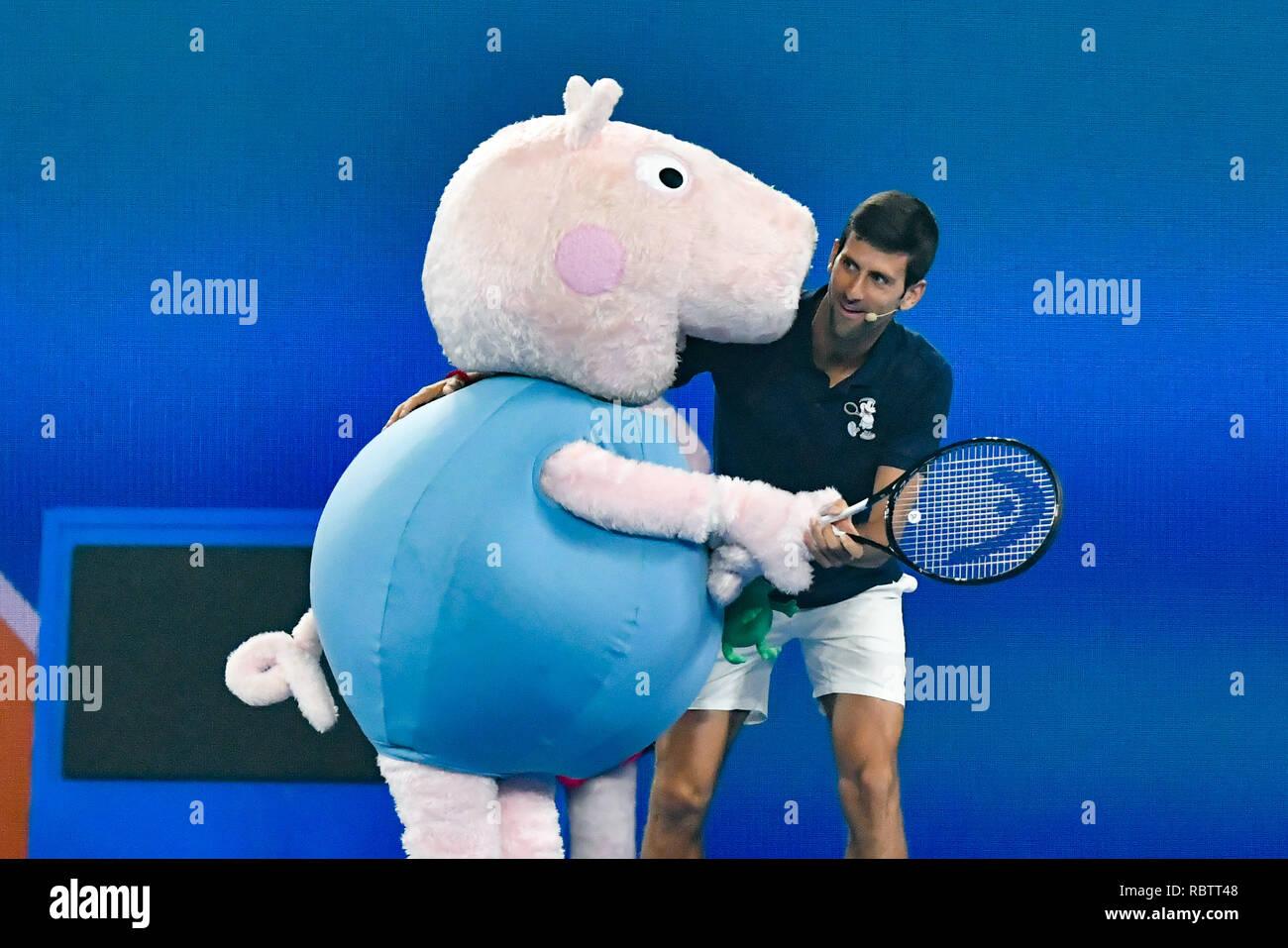 Melbourne, Australia. Xii gen, 2019. Novak Djokovic e Peppa Pig intrattenere la folla sul Rod Laver Arena a tennis per bambini giorno antecedente al 2019 Australian Open Grand Slam torneo di tennis a Melbourne, Australia. Sydney bassa/Cal Sport Media/Alamy Live News Immagini Stock