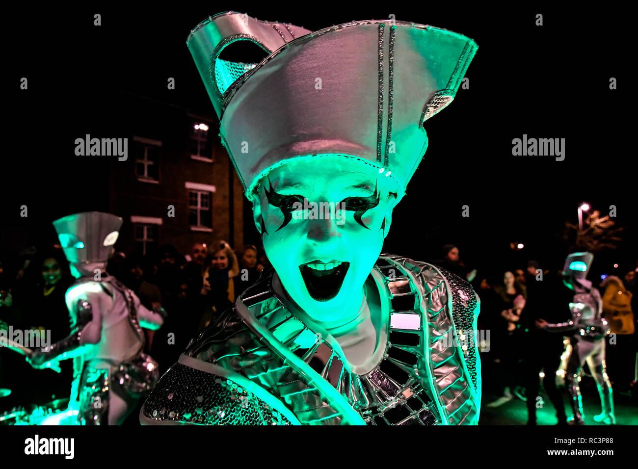 Londra, Regno Unito. Il 13 gennaio 2019. Comunità locale assiste 'Benvenuti alla foresta' con spettacolari paraders con un incredibile abito di luci, tamburi e splendide ballerine di samba a Forest Road, Walthamstow il 13 gennaio 2019, Londra, Regno Unito. Credito: Picture Capital/Alamy Live News Immagini Stock