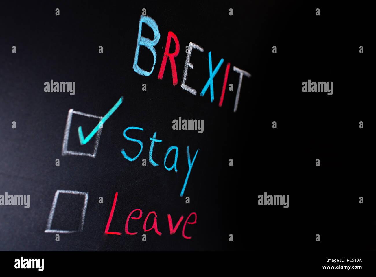 Concetto Brexit, scelta tra soggiornare o lasciando scritti sulla ...