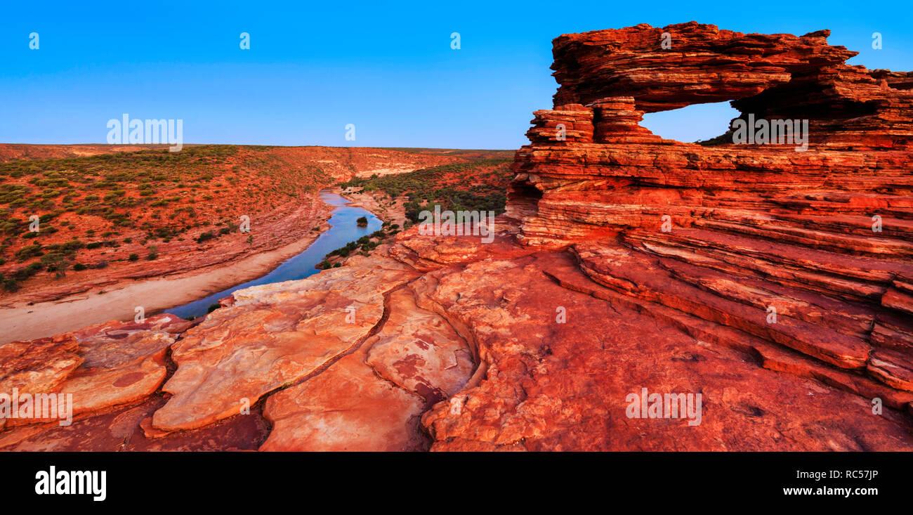 La natura della finestra lookout (formato da strati di pietra arenaria Tumblagooda) e il fiume Murchison in Kalbarri National Park, WA Immagini Stock