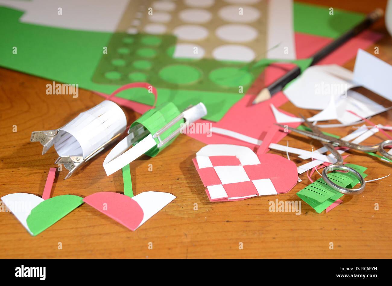 Effettuare decorazioni natalizie da carta colorata. Foto Stock