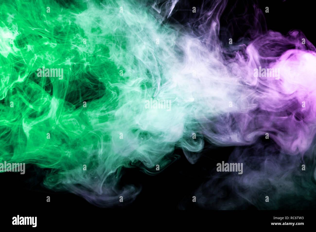 Spessore Verde E Viola Il Fumo Nero A Sfondo Isolato Sfondo Dal