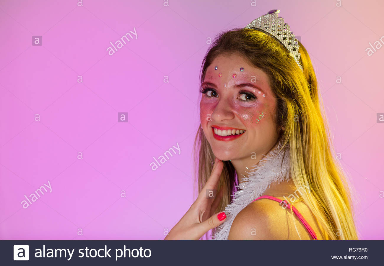 Carnaval Brasile. La felicità e la gioia. La faccia del brasiliano donna  bionda indossando 5a0d87ef9208