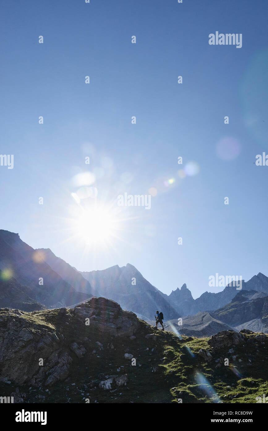 Escursionista andando fino al picco di roccia, Mont Cervin, Cervino, Vallese, Svizzera Foto Stock