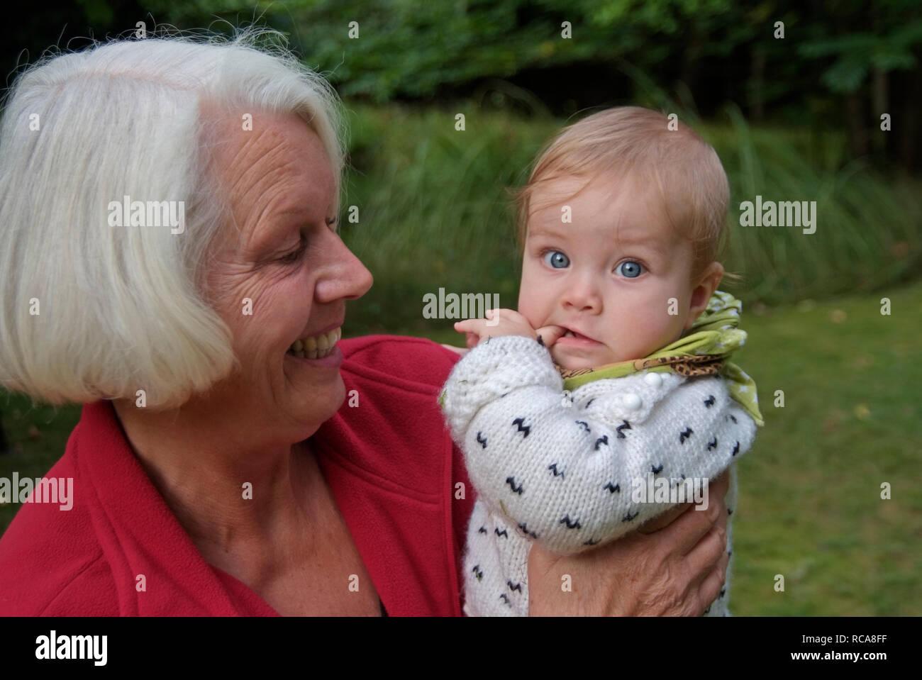 Oma hat Enkelkind im braccio   nonna porta il suo nipote sul suo braccio Immagini Stock