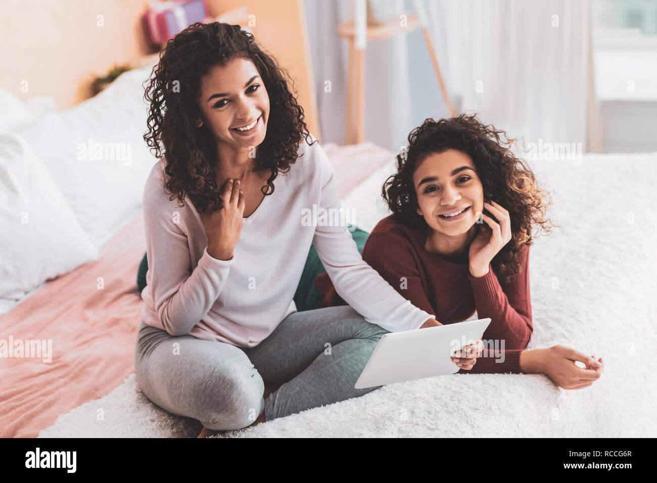 Due sorelle attraente sensazione piacevole mentre spendere tempo libero Immagini Stock