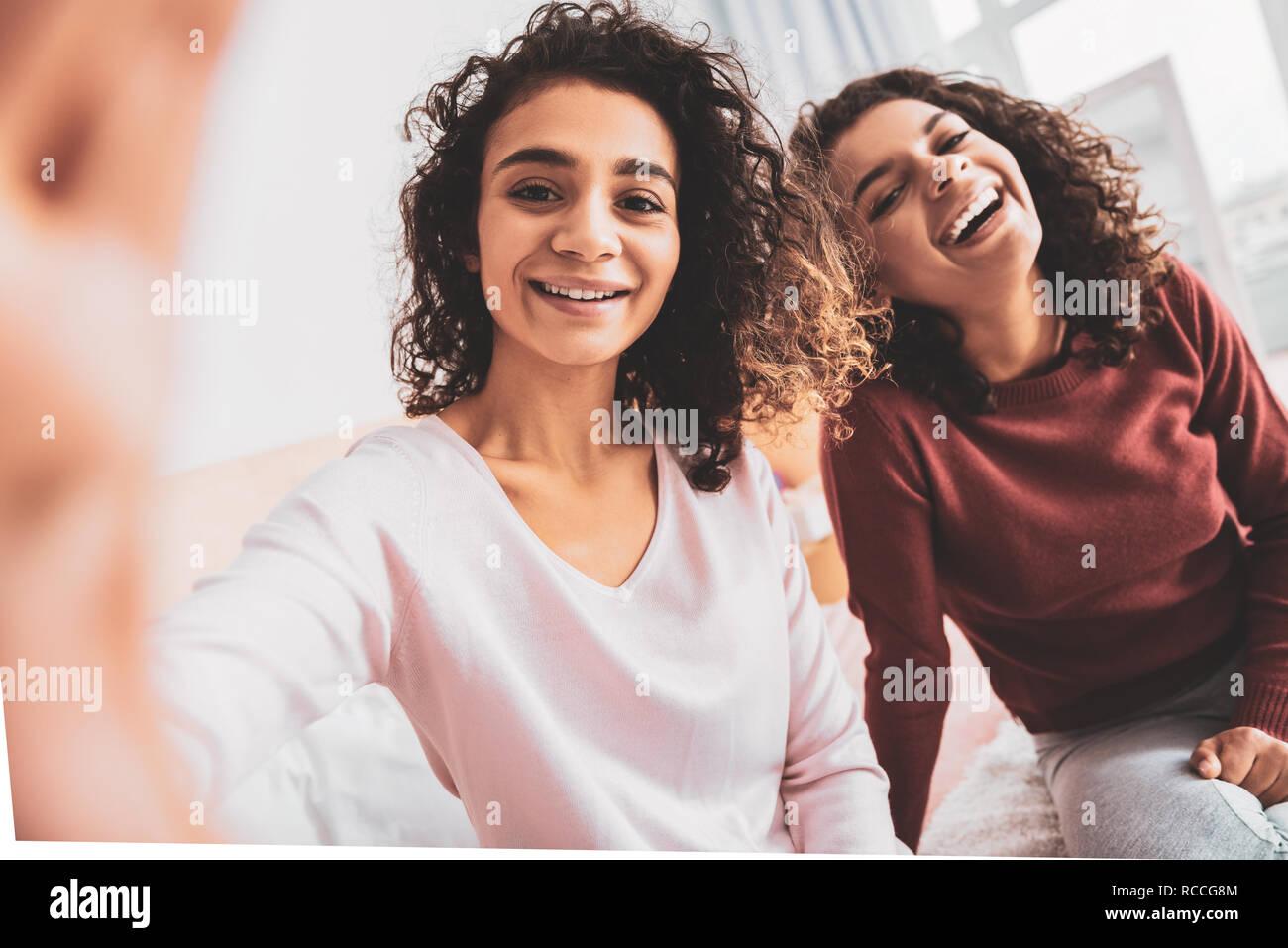 Curly ragazza ride molto sentite scherzo Immagini Stock