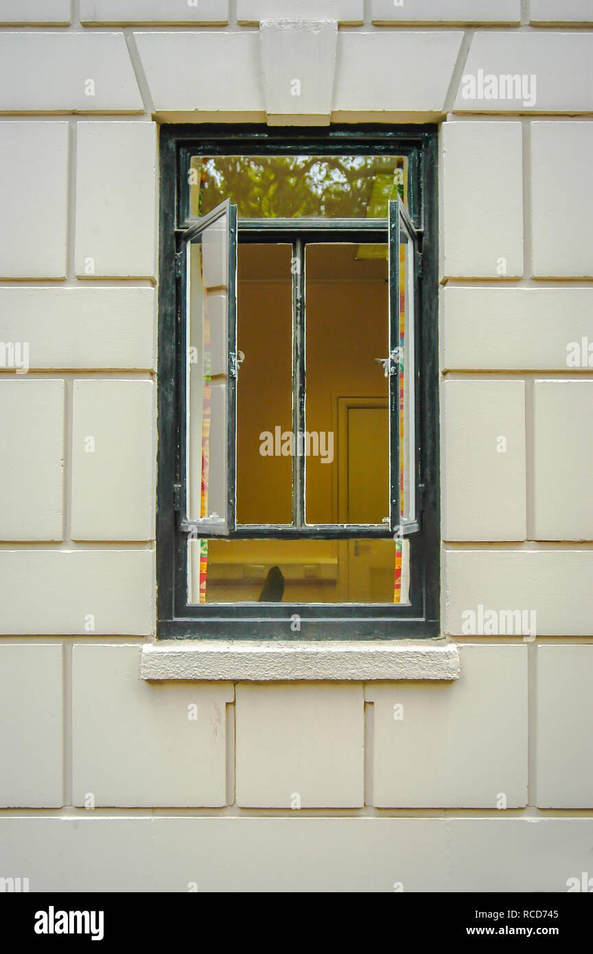 Aprire due finestre dalle cornici di metallo in una casa con striscia bianca Immagini Stock