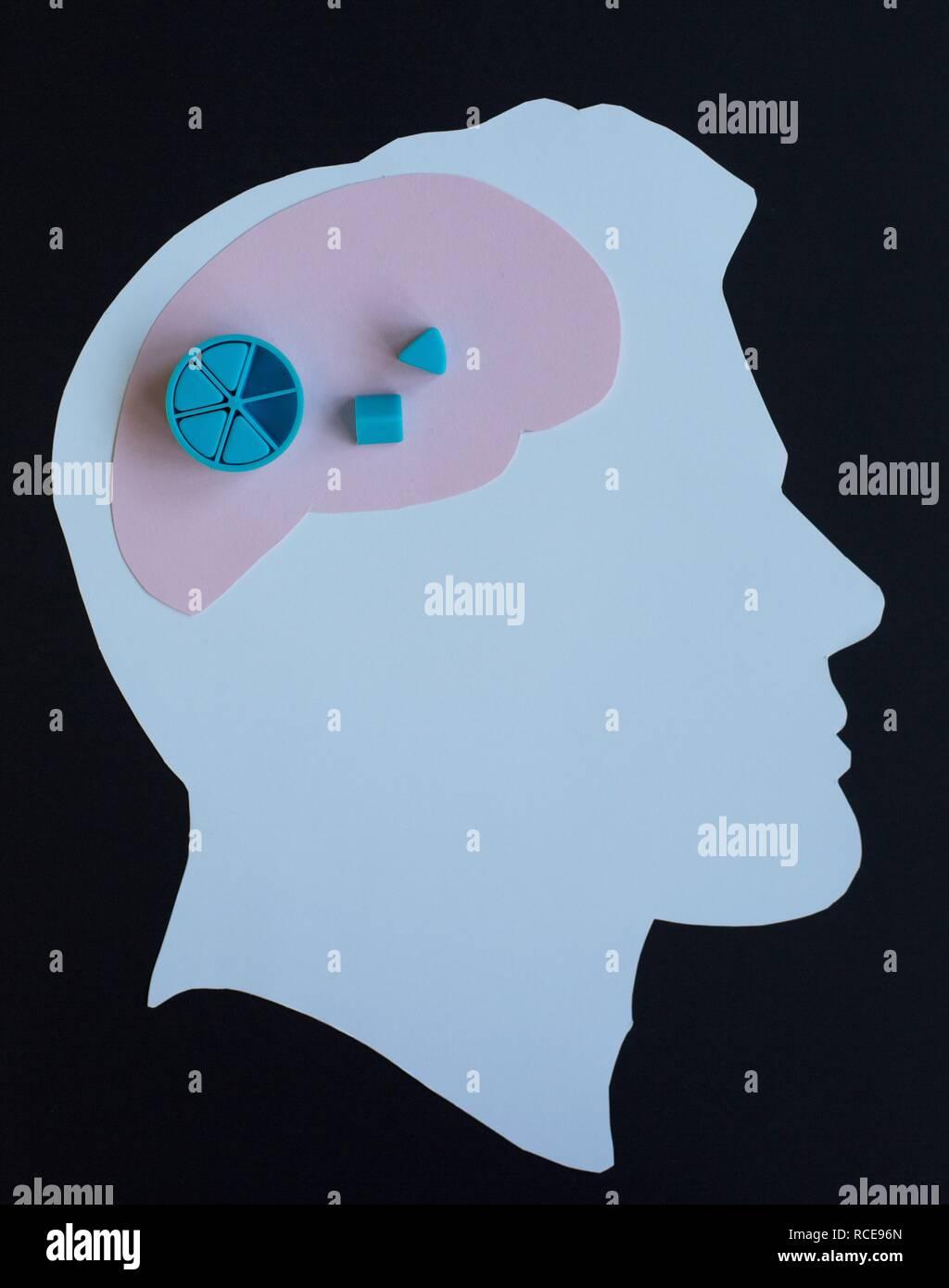 """Taglio carta silhouette di un uomo con il cervello e il 'missing pezzi"""". Foto Stock"""
