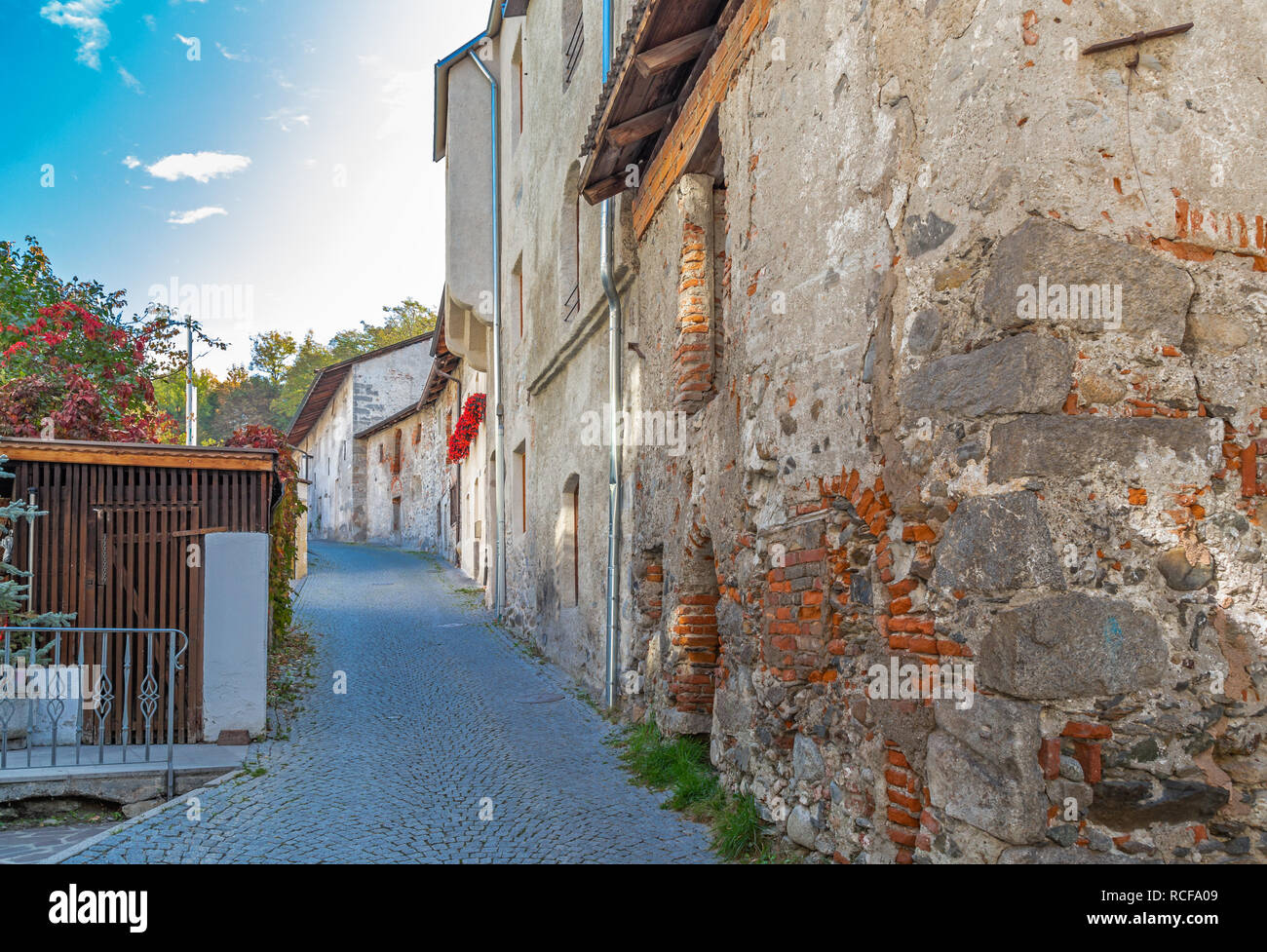 Case sulle mura della città di Brunico, Alto Adige Foto Stock