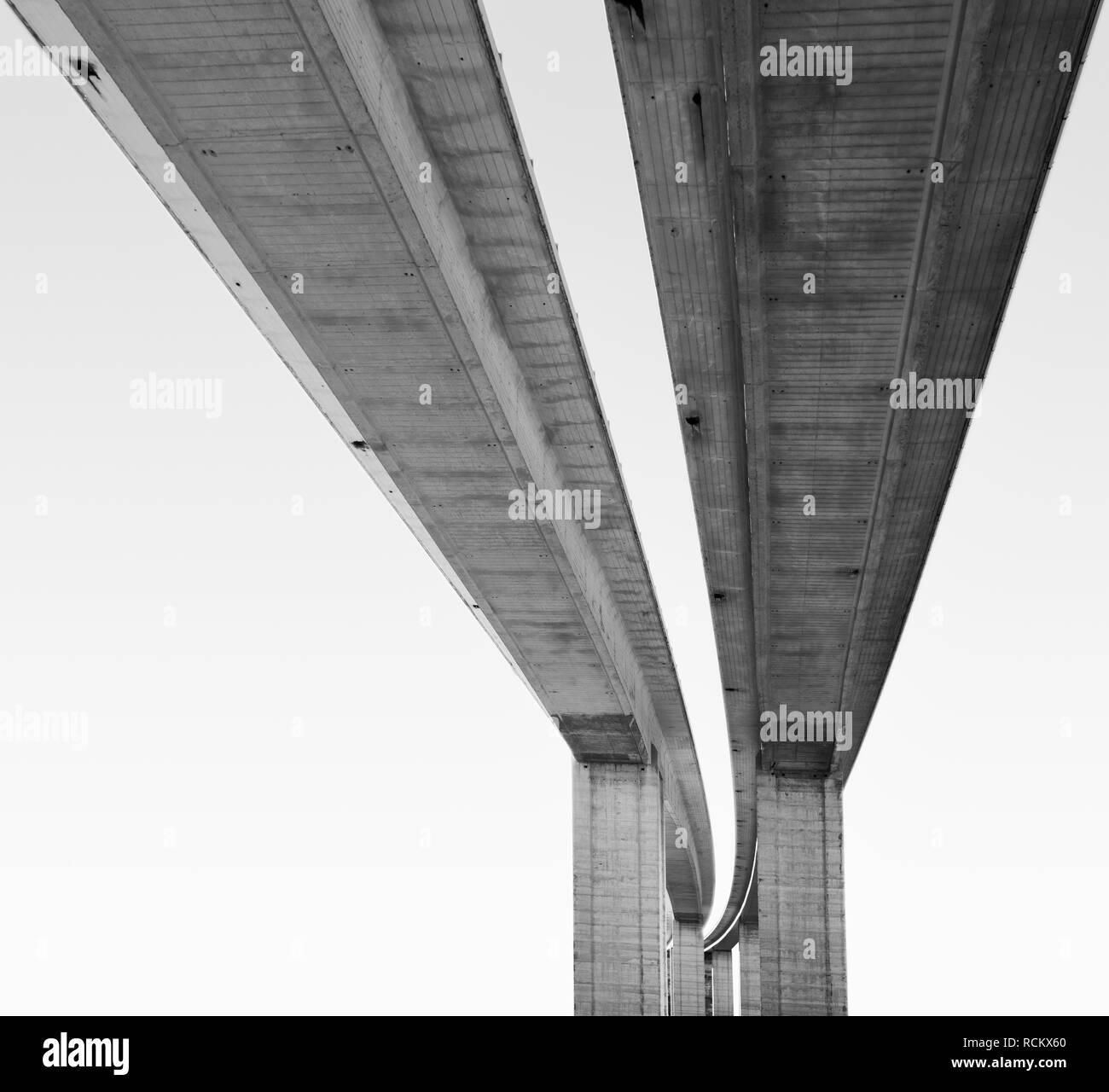 Vista dal basso in scala grande ponte stradale, in bianco e nero Immagini Stock