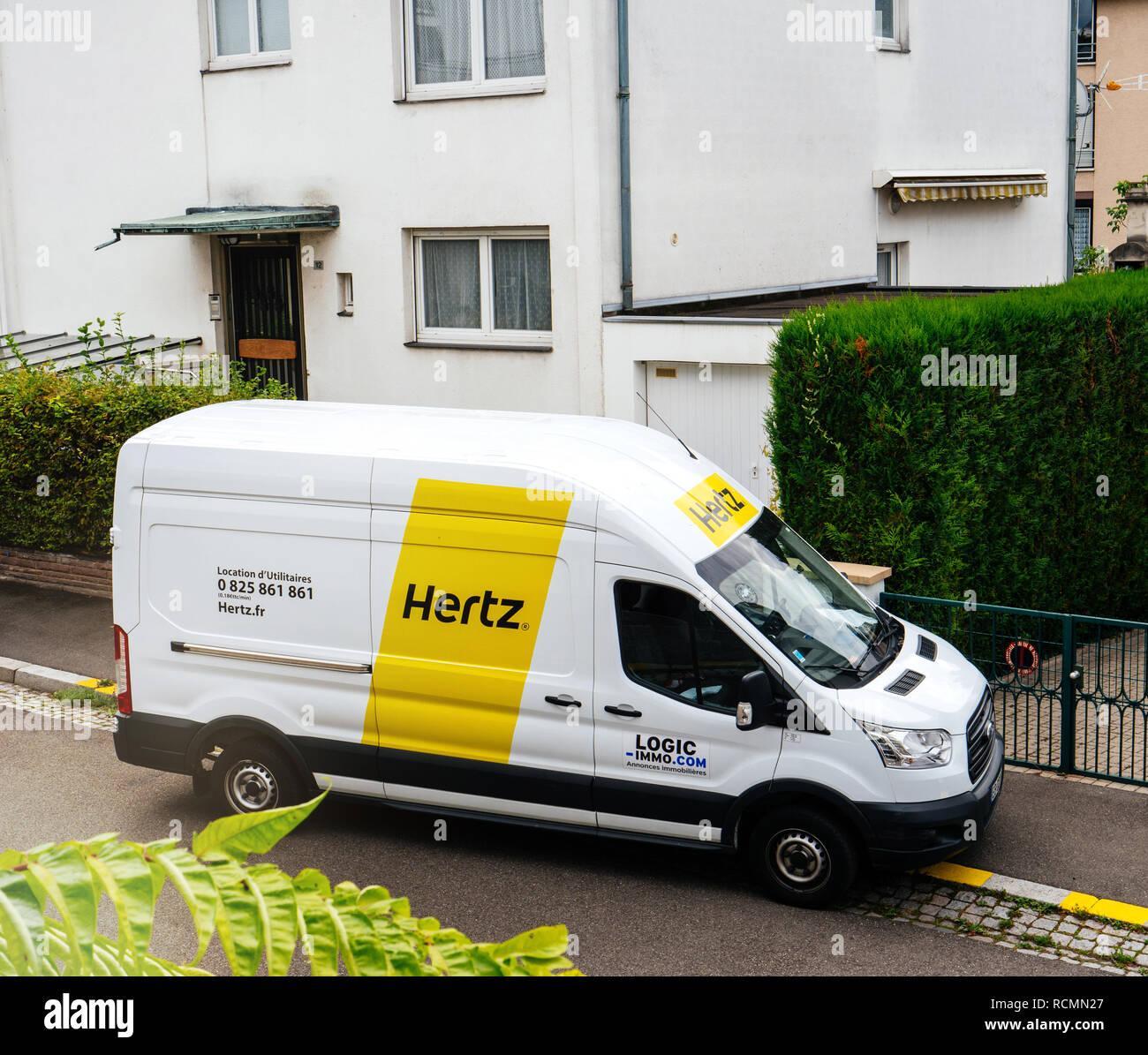 Parigi, Francia - Sep 13, 2017: Bianco HERTZ RENT A van service visto dal di sopra su una strada francese nei pressi di una casa Immagini Stock
