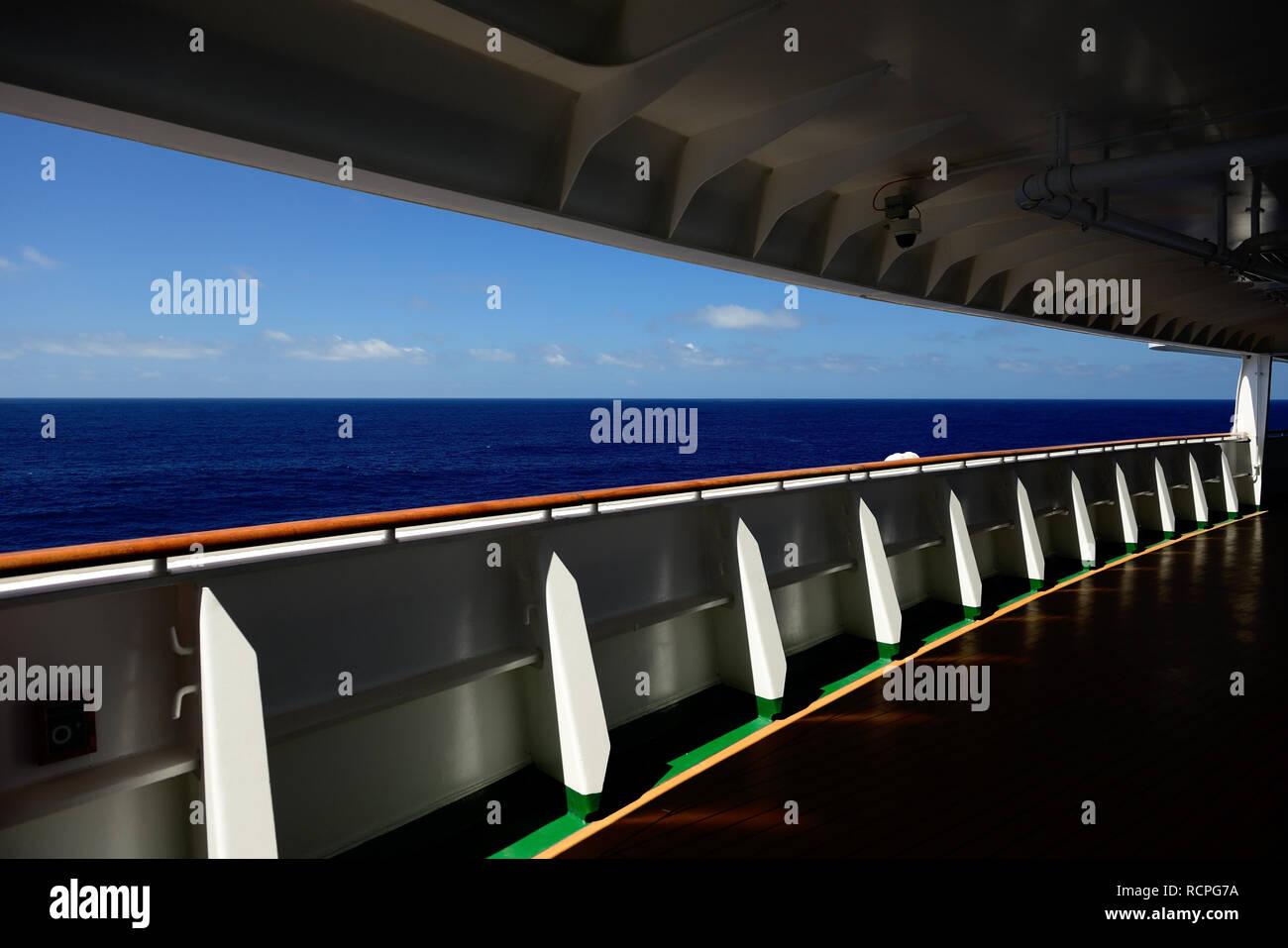Il lungomare di avanzamento ponte di una nave da crociera al mare. Immagini Stock