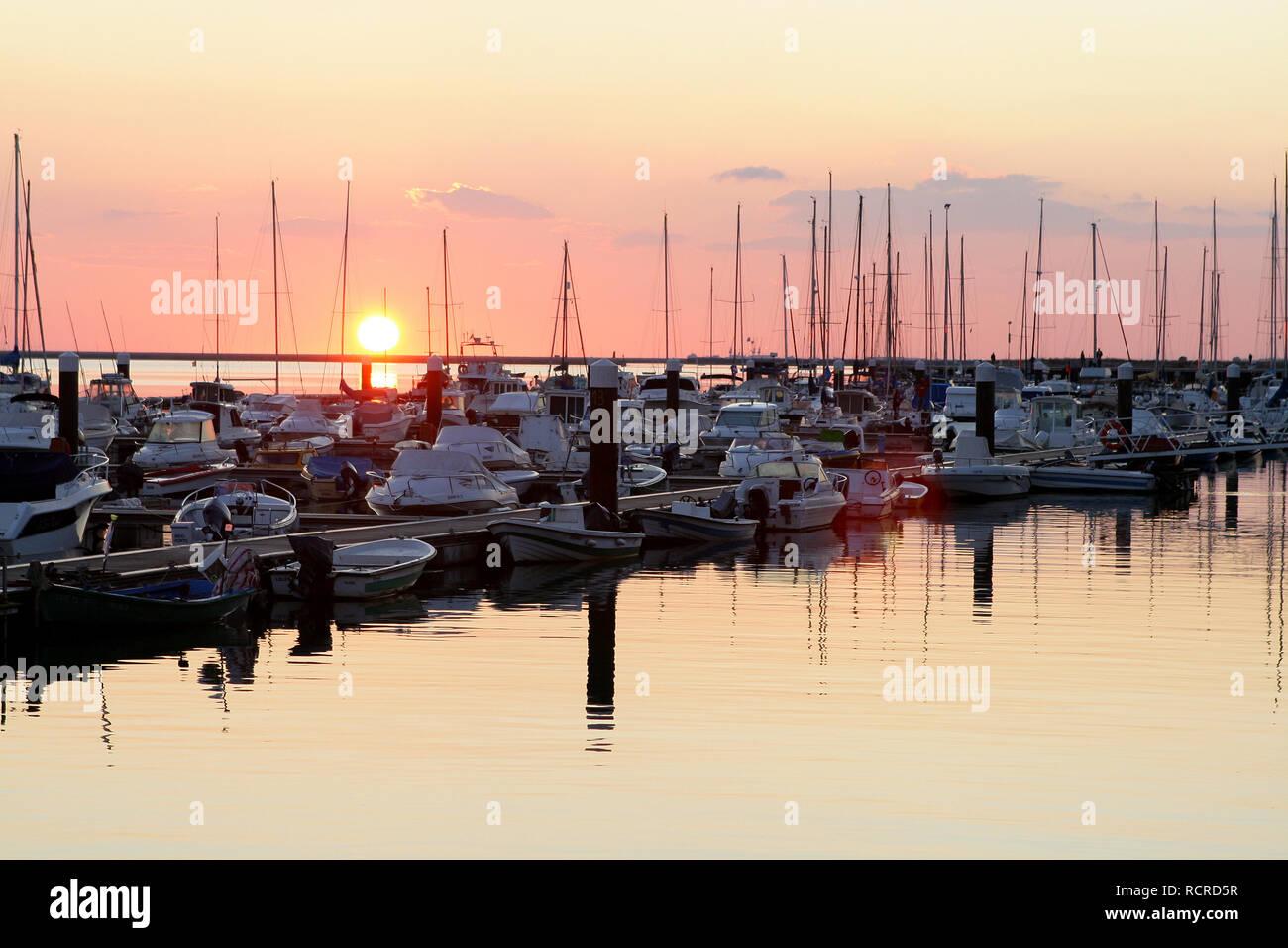 Pôr Do Sol na marina de Olhão, Algarve, PORTOGALLO Immagini Stock