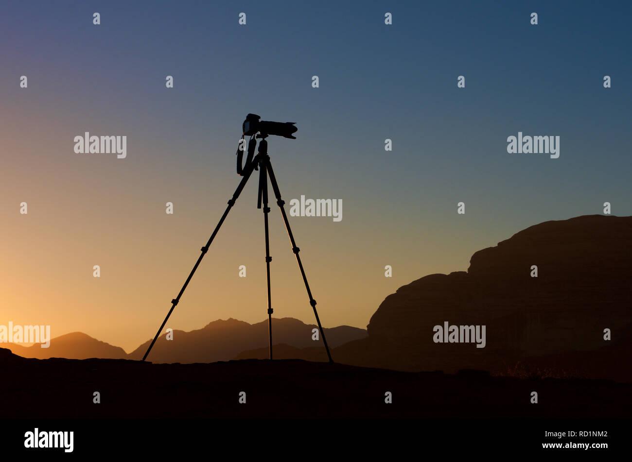 Silhouette di una telecamera su un treppiede di sunrise, Giordania Immagini Stock