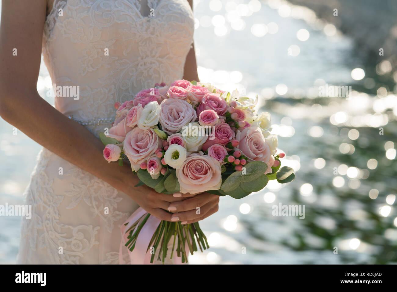Bouquet Sposa Rosa E Bianco.Sposa Tiene In Mano Una Rosa E Bianco Bouquet Nozze Sullo Sfondo