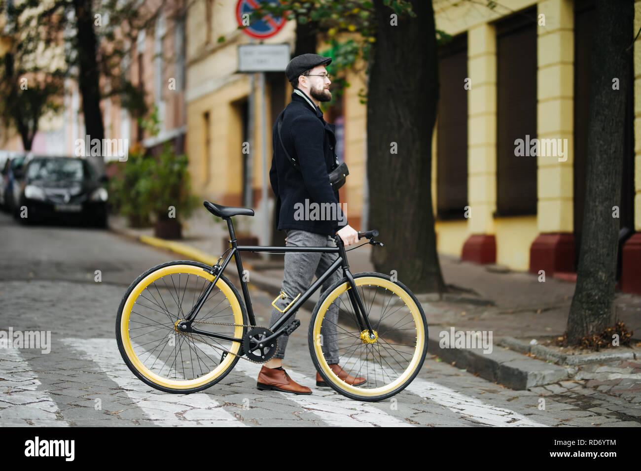 aab740873cb569 Man On Bike Crossing Road Immagini & Man On Bike Crossing Road Fotos ...