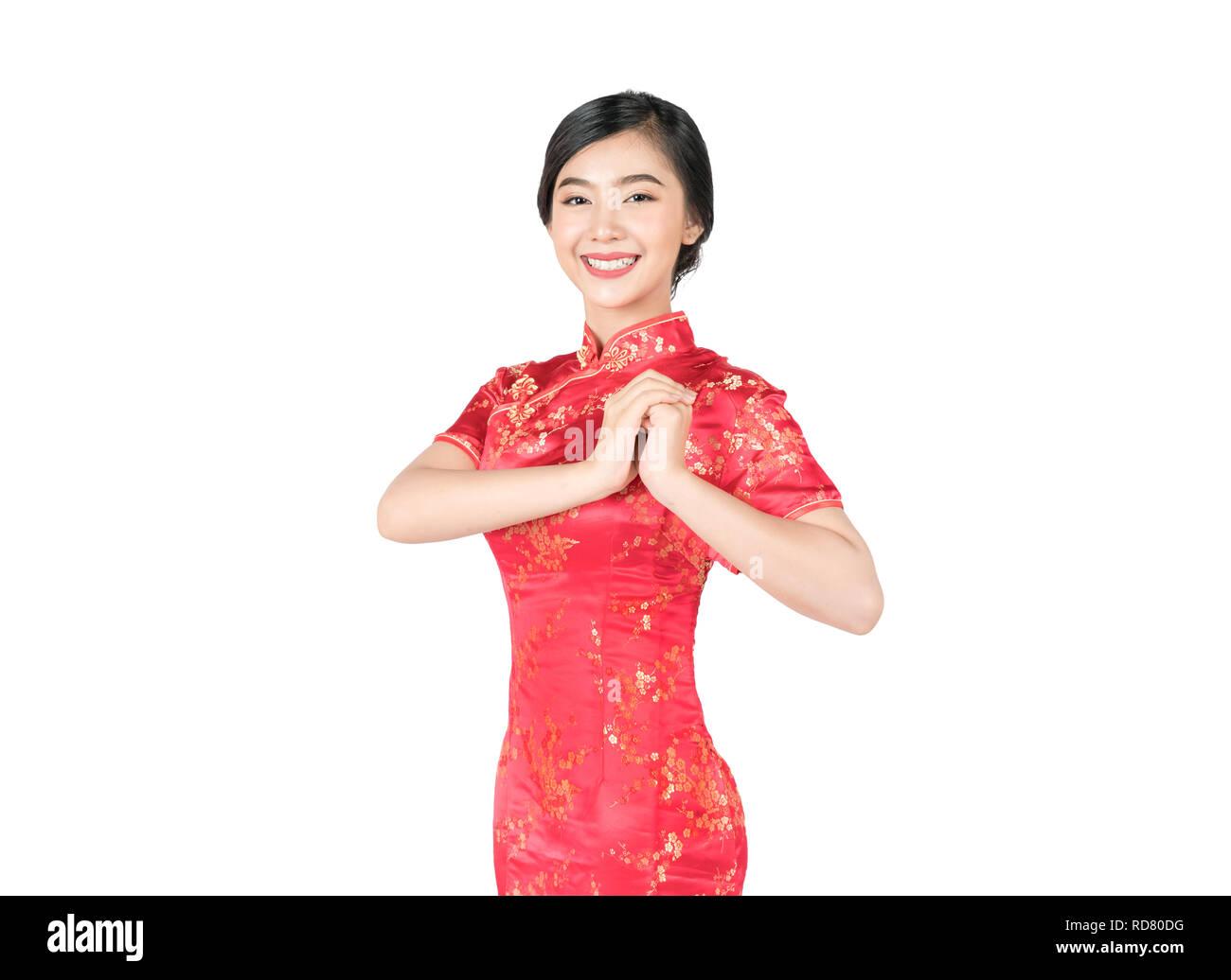 68ae844b5370 Donna asiatica in cinese tradizionale abito cheongsam con gesto di  congratulazioni nel nuovo anno cinese isolato