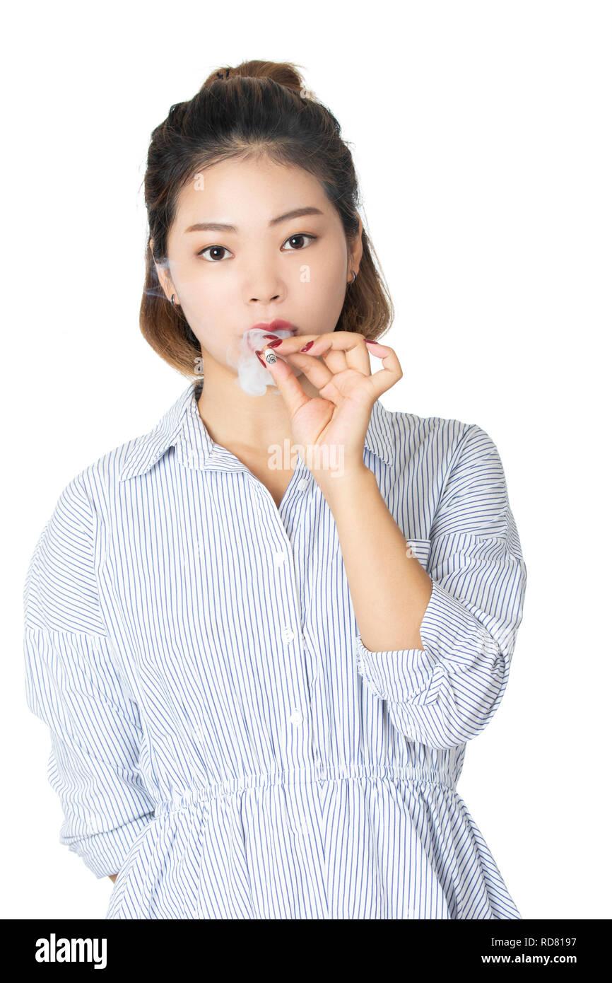 Bella americano cinese donna che indossa un abito e fumare una sigaretta  isolato su uno sfondo 1ff364dd4bc0