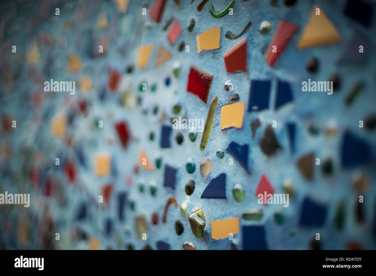 Arte mosaico con piastrelle rotte pezzi fissati alla parete foto