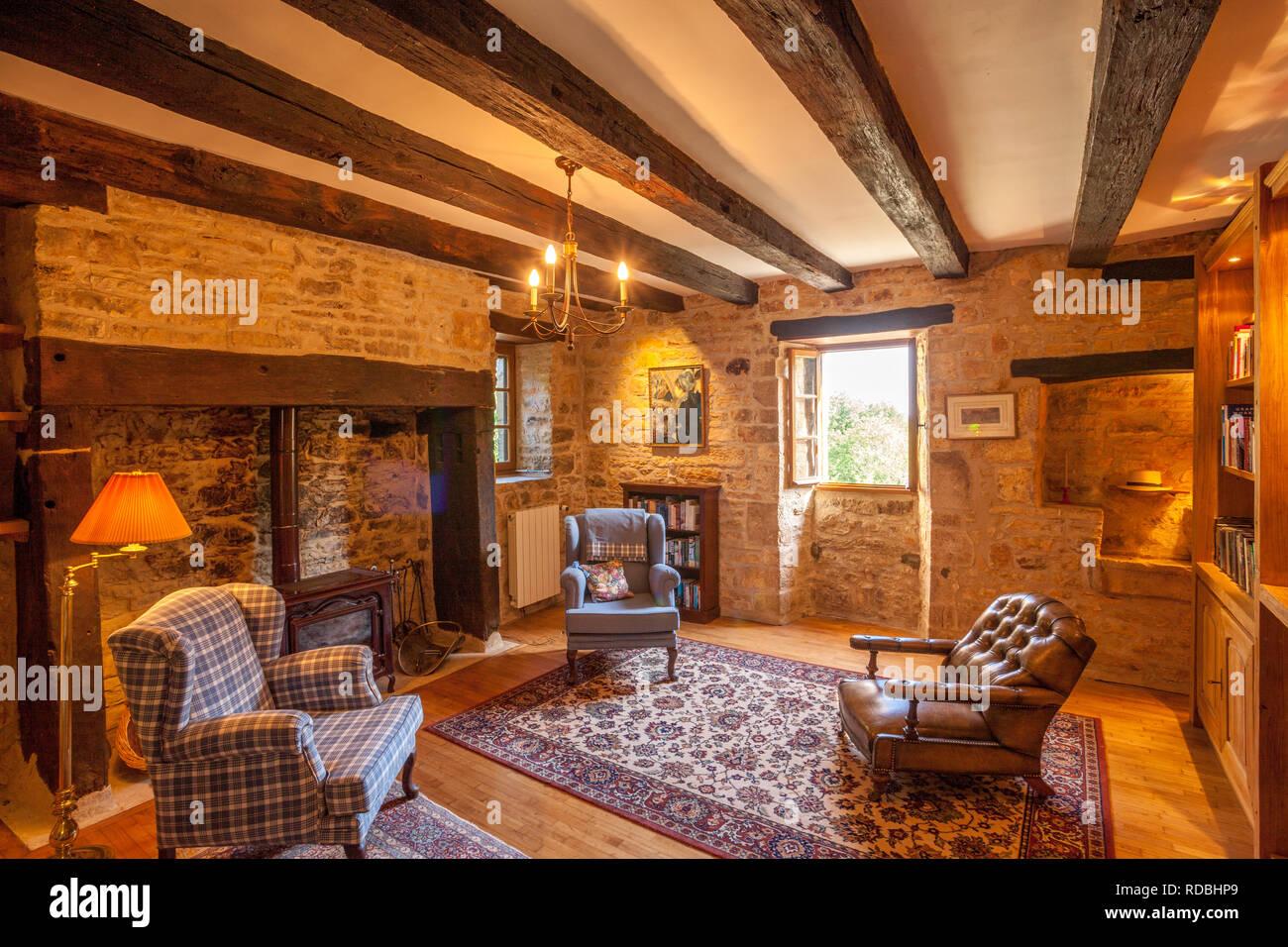 Intreior di una tradizionale casa colonica francese soggiorno con ...