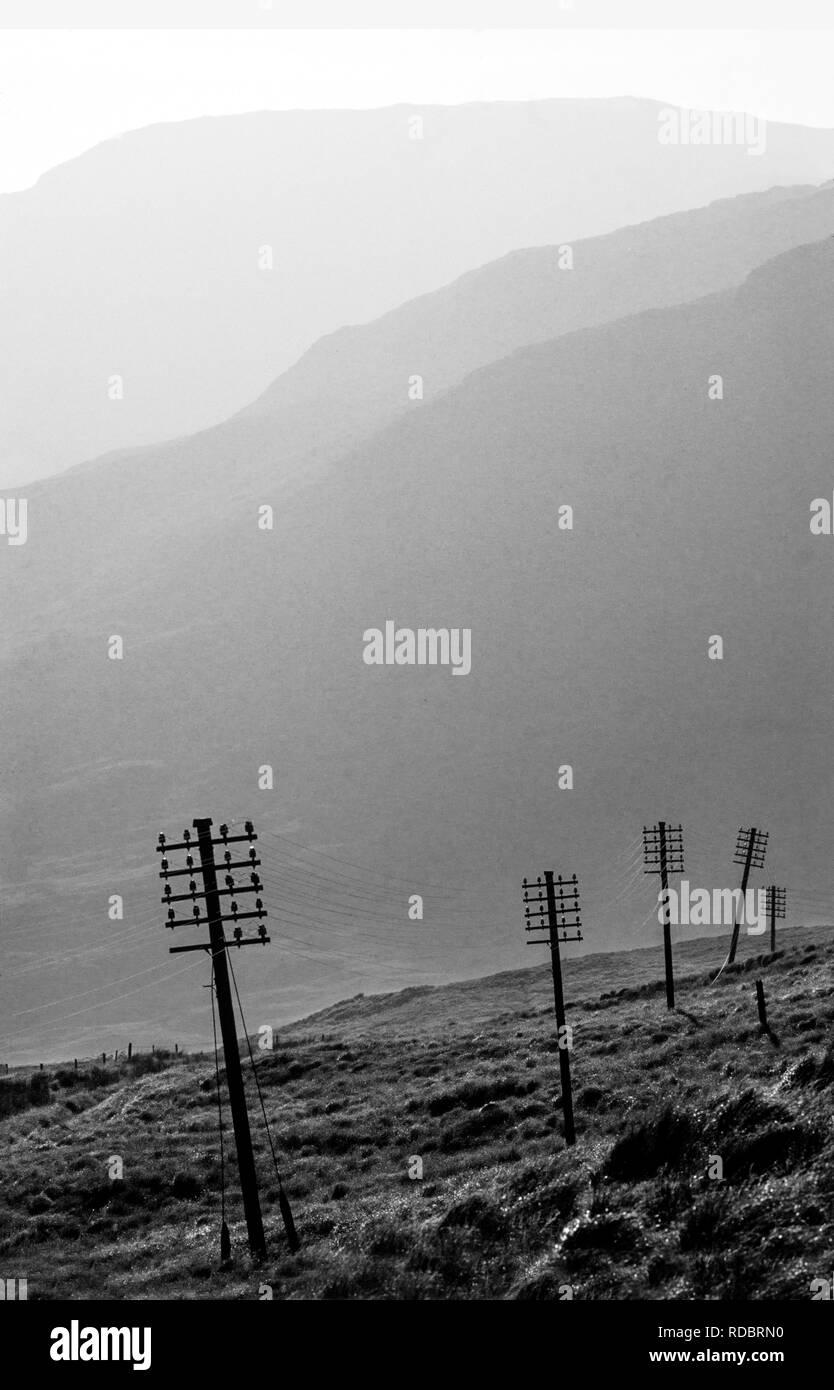 Isola di Mull, Ebridi Interne,Western Scotland, Regno Unito. 2000 elettricità e linee telefoniche si dipanano attraverso il landscapeon la strada a Fionnphort. Immagini Stock