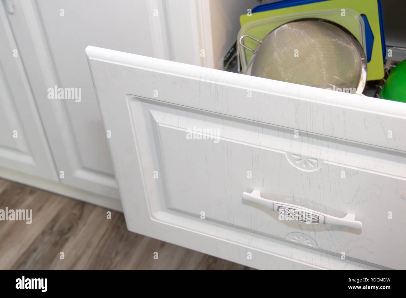 Cucina bianca. Cucina in legno. Arredamento moderno e la ...
