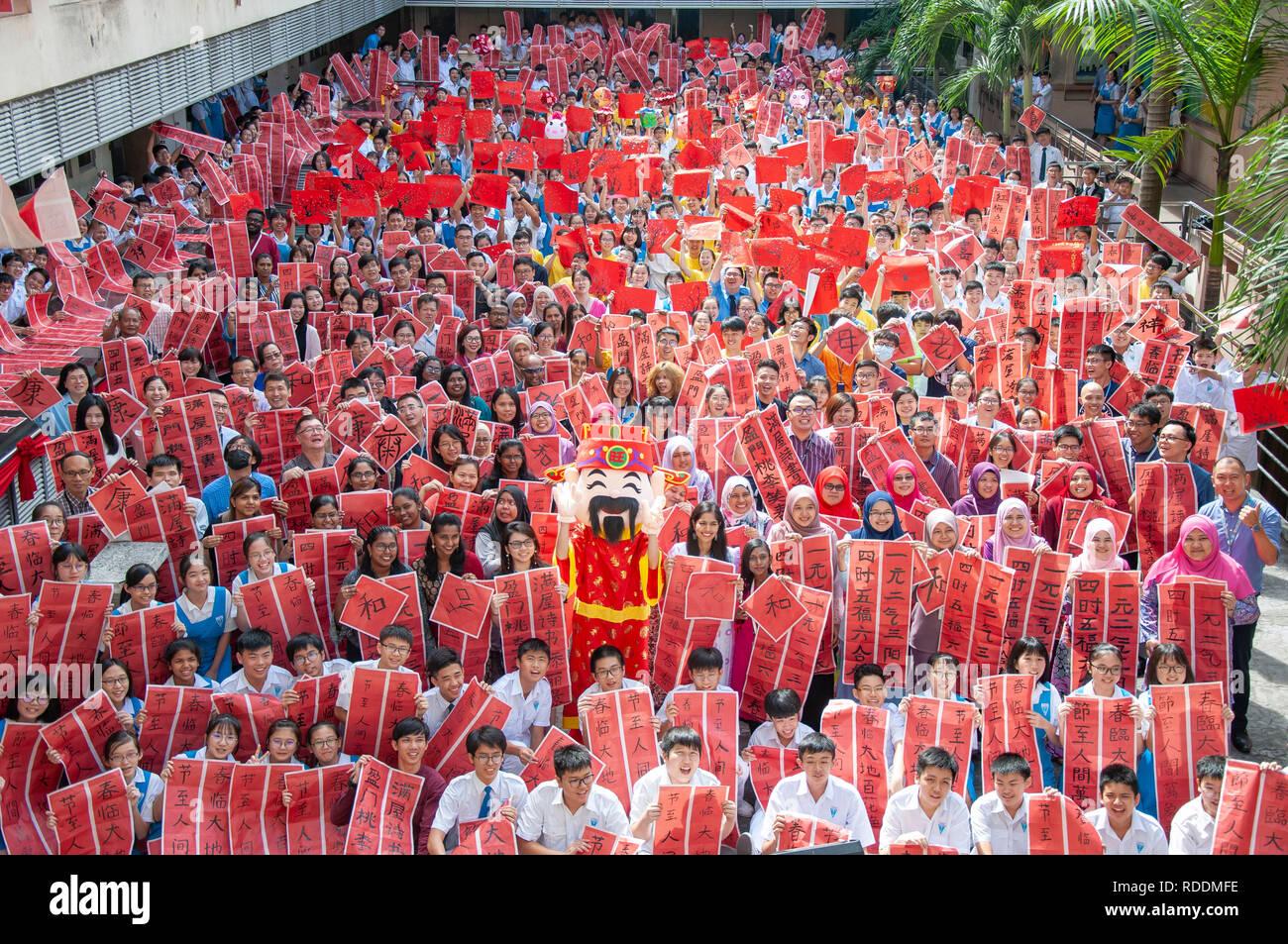 Kuala Lumpur, Malesia. 18 gennaio, 2019. Gli insegnanti e gli studenti azienda cinese tradizionale pittura e calligrafia opere posano per una foto a Tsun Jin High School di Kuala Lumpur in Malesia, Gennaio 18, 2019. Oltre 3 mila gli insegnanti e gli studenti del Tsun Jin High School ha partecipato ad un concorso di cinese tradizionale pittura e calligrafia per salutare la prossima festa di primavera. Il Festival di Primavera, o il nuovo anno lunare cinese cade il 5 febbraio di quest'anno. Credito: Chong Voon Chung/Xinhua/Alamy Live News Immagini Stock