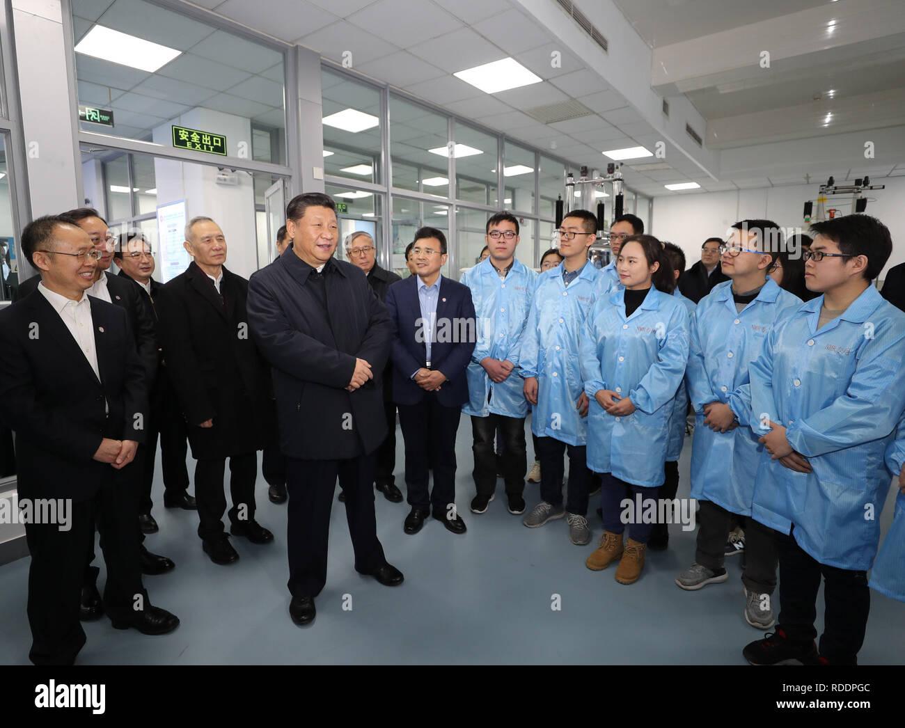 Tianjin, Cina. Xvii gen, 2019. Il presidente cinese Xi Jinping, anche segretario generale del Partito Comunista della Cina Comitato Centrale e Presidente della Commissione militare centrale, colloqui con gli insegnanti e gli studenti a chiave dello stato Laboratorio di elemento-chimica organica in Nankai University durante il suo tour di ispezione di Tianjin, Cina del nord, Gennaio 17, 2019. Credito: Ding Lin/Xinhua/Alamy Live News Immagini Stock