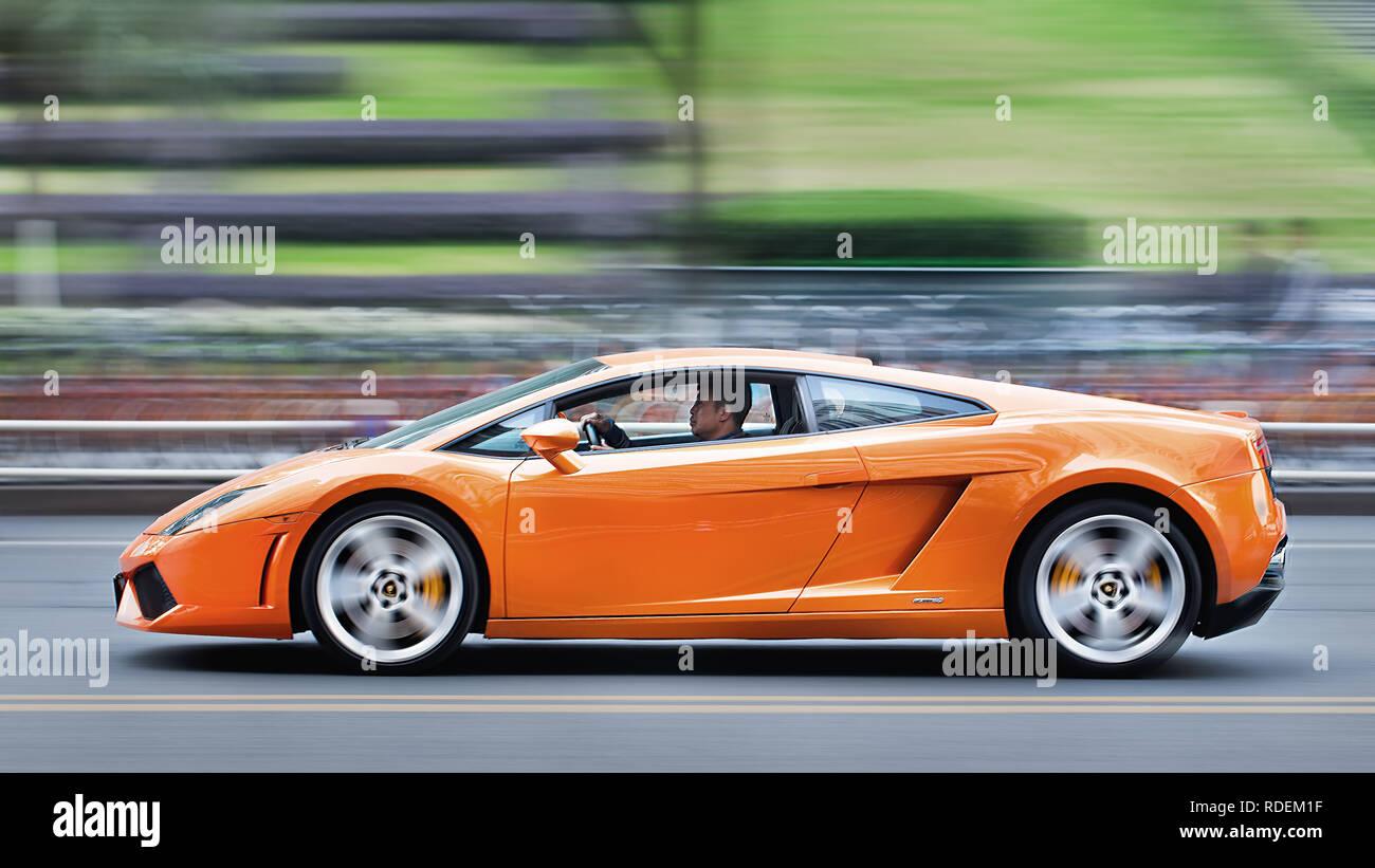 La Lamborghini Gallardo di accelerazione. Con un totale di 2.327 vetture consegnate ai clienti in tutto il mondo, Lamborghini ha riportato un altro aumento di consegna Immagini Stock