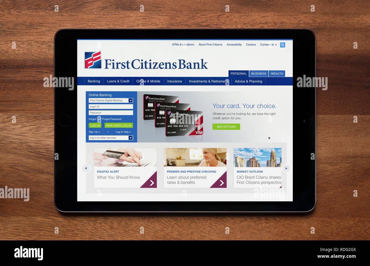 Il sito web di primo cittadino è visto su un tablet iPad, il quale è appoggiato su un tavolo di legno (solo uso editoriale). Immagini Stock