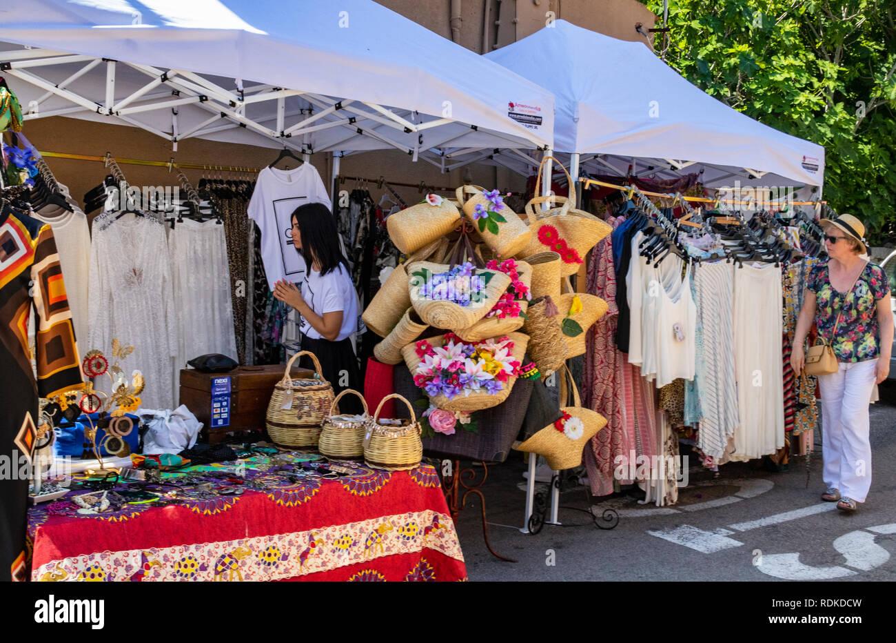 Colorato cappello e sciarpa in stallo presso la trafficata settimanale  mercato estivo a San Pantaleo 0d58f32d6d73