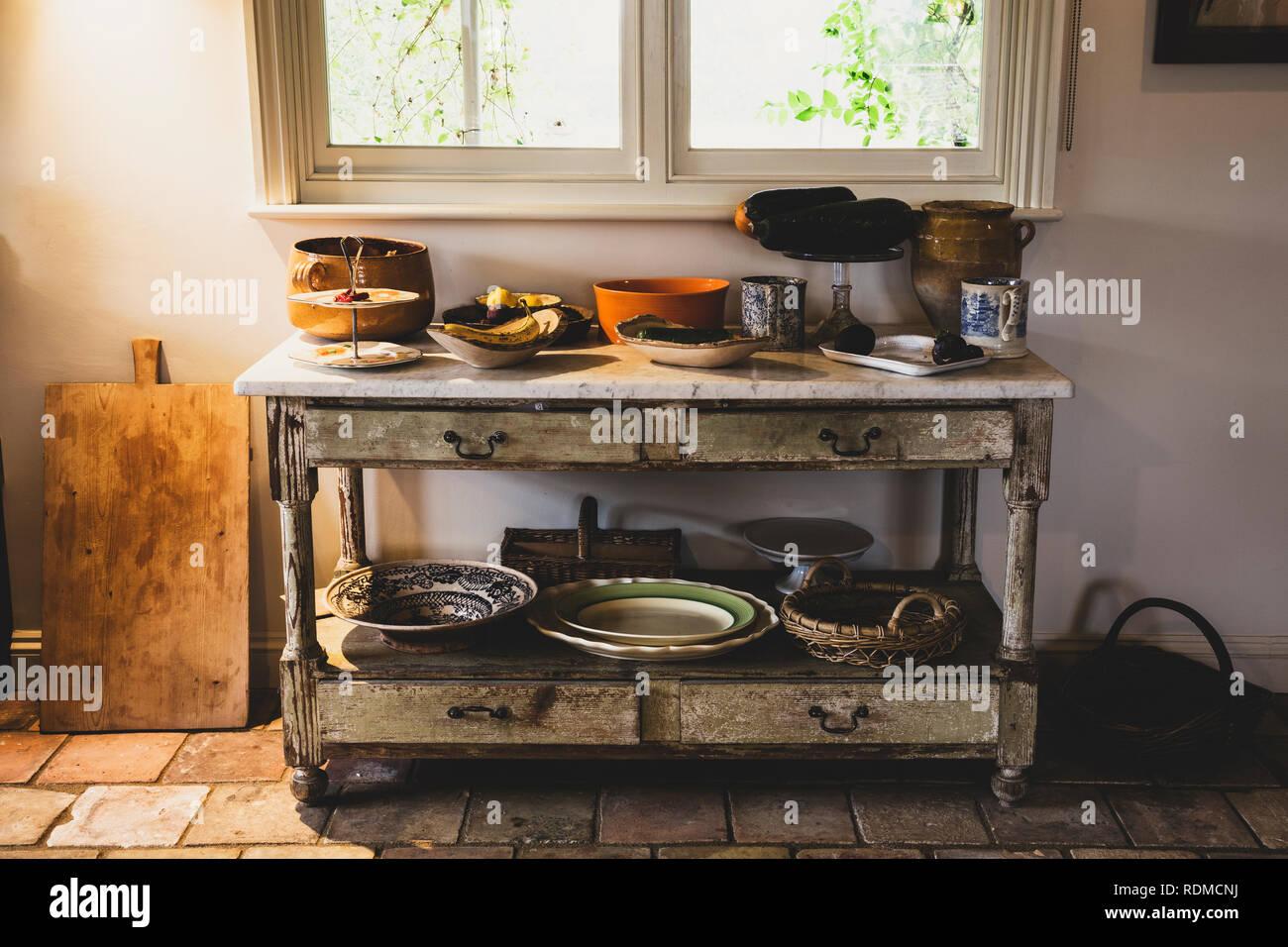 Credenza Con Tagliere : Selezione di terraglia ciotole e piatti sulla corte antica credenza