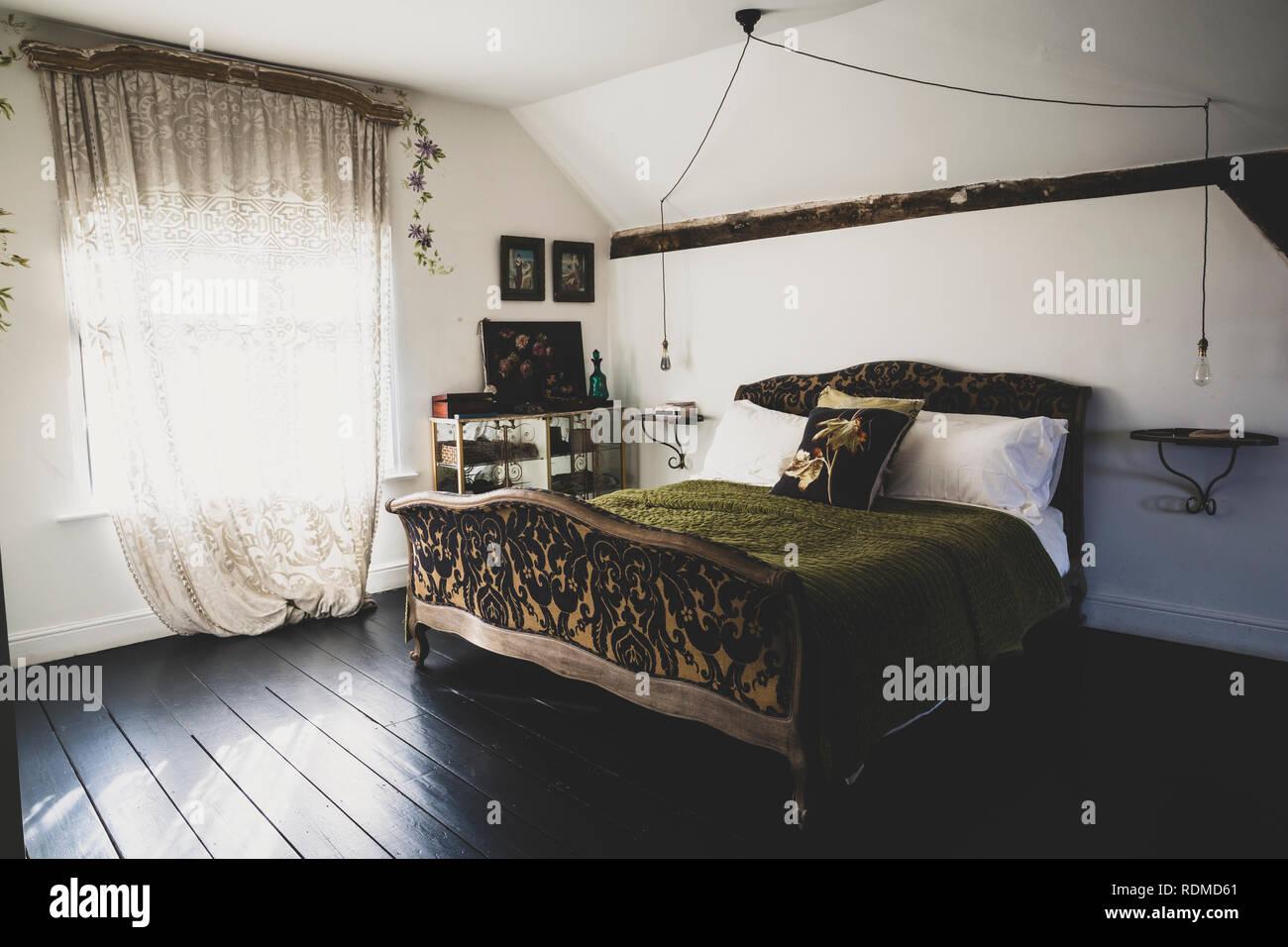 Camera Da Letto Matrimoniale In Francese : Vista interna della camera da letto mansarda con pavimento di legno