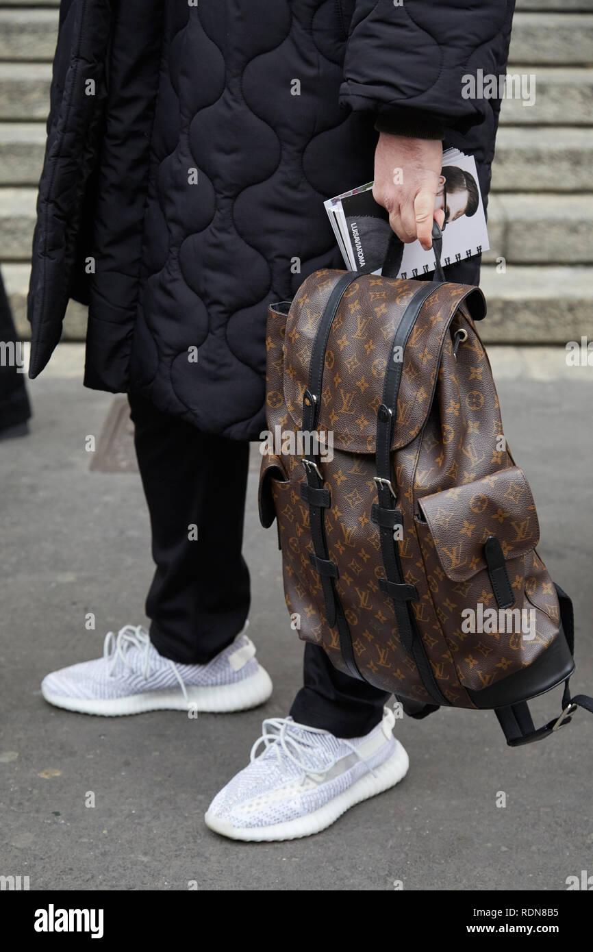 e07f273ba4 Milano, Italia - 12 gennaio 2019: uomo marrone con Louis Vuitton zaino nero  e